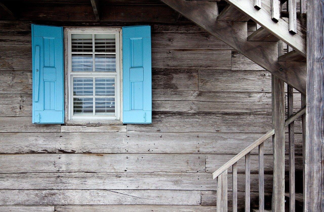 Jak zadbać o bramy i stolarkę okienną?
